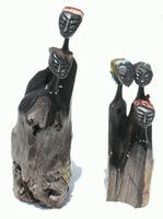 Boneca de madeira preta